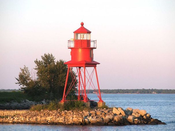 800px-Lighthouse_at_Alpena_MI_2005-09