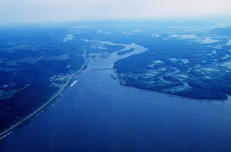 800px-Mississippi_River_Lock_and_Dam_number_8
