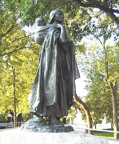 493px-Sakakawea-statue-bismarck-nd-2004