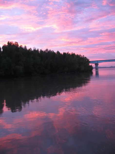 pano riverboaters I-5 bridge over the MM at sunrise
