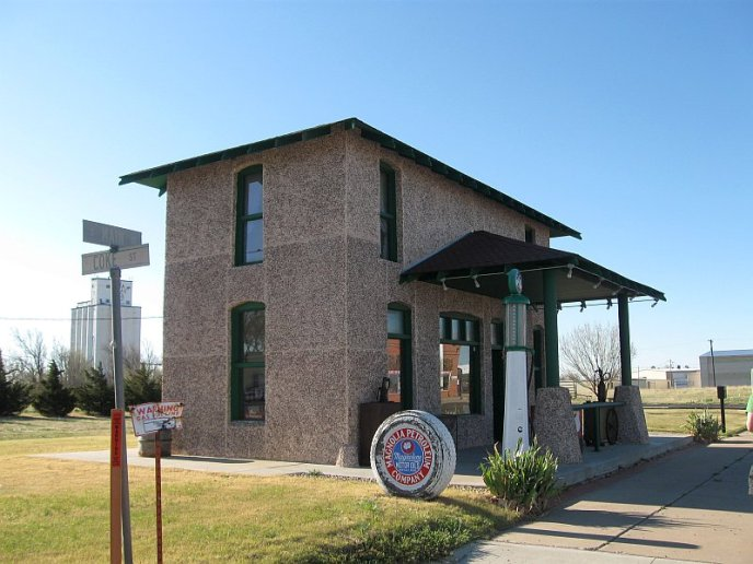 USA - Vega TX - Restored 1926 Magnolia Gasoline Station (21 Apr 2009) Full