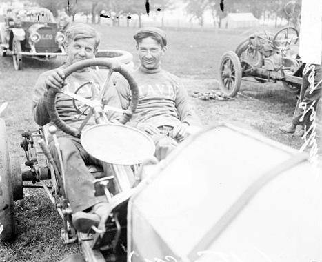 Monckmeier_and_Latham_at_Elgin_1911